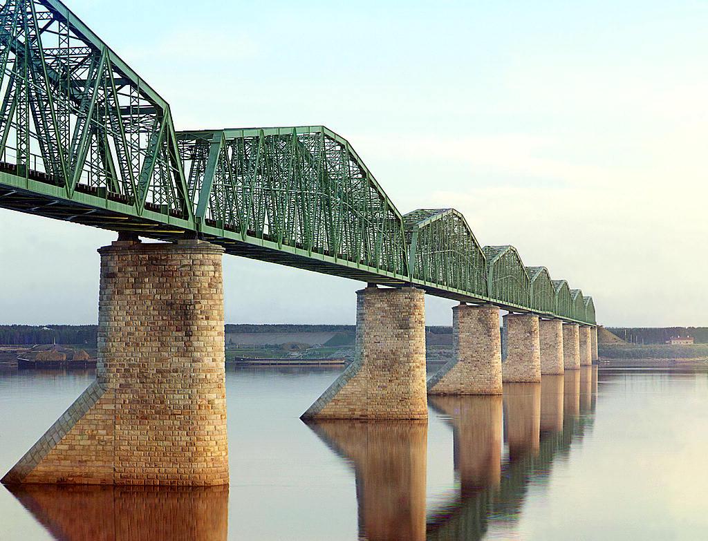 El puente de ferrocarril Transiberiano sobre el río Kama